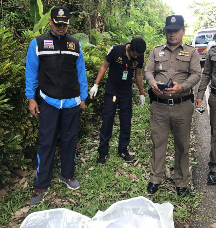 Officers yesterday recover the remains that were found at the bottom of a banyan tree along the Ao Yon – Khao Khad Rd on Saturday evening (June 1). Photo: Wichit Police