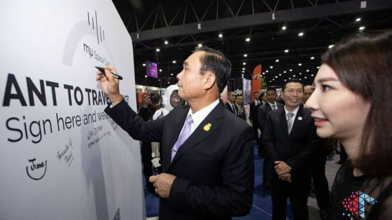 Prayut Chan-o-cha signs the board sent on the second payload. Photo: DEPA