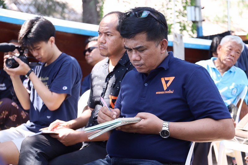 Future Forward Party leader Thanathorn Juangroongruangkit visited Bang Tao Beach yesterday to hear firsthand the issues that were affecting people in Phuket. Photo: Future Forward Party / Facebook