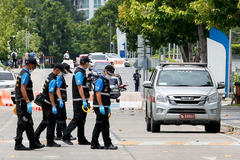Bomb squad officers check the Government Complex on Chaeng Watthana Road after one of two bombs went off on Friday. Photo: Pattarapong Chatpattarasill / Bangkok Post