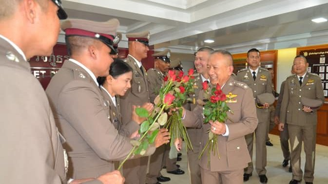 Maj Gen Wisan Panmanee recieves flowers as he enters retirement. Photo: Phuket Provincial Police