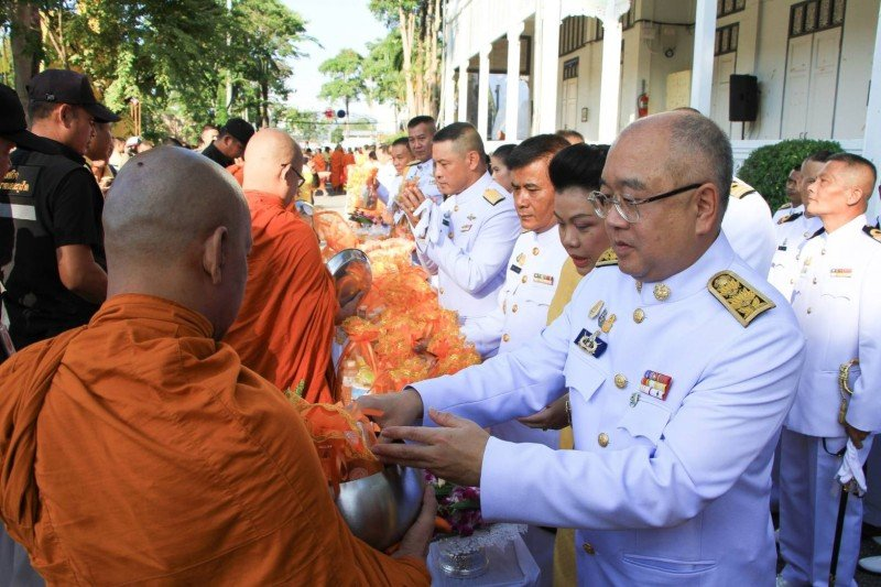 Phuket Governor Phakaphong Tavipatana led a range of official ceremonies and community activities across the island yesterday (Oct 13) to honour King Bhumibol Memorial Day. Photo: PR Dept