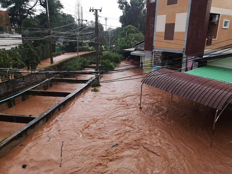 The heavy rains wreaked havoc throughout Chalong and Karon in the south of Phuket late yesterday afternoon and yesterday evening (Oct 31). Photo: Ornanong Hirun