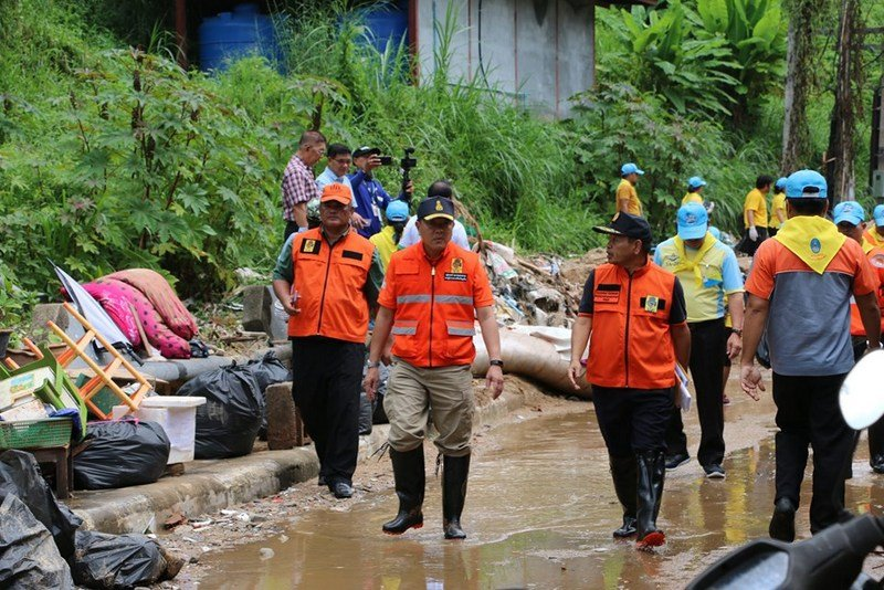 Cleanup teams today took to helping local residents in Chalong and Karon clear their homes from mud and other debris brought by the flash floods yesterday. Photo: PR Dept