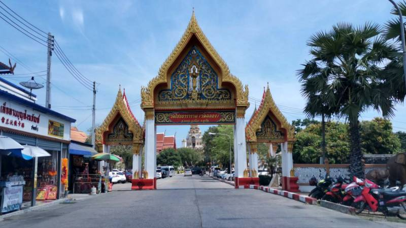 The incident occurred at Phuket's renowned Wat Chalong on Saturday (Feb 15). Photo: Eakkapop Thongtub
