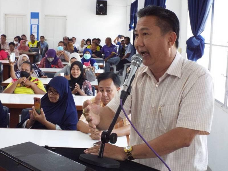 Srisoonthorn Mayor Worawut Songyot lobbied on behalf of his community yesterday. Photo: Eakkapop Thongtub