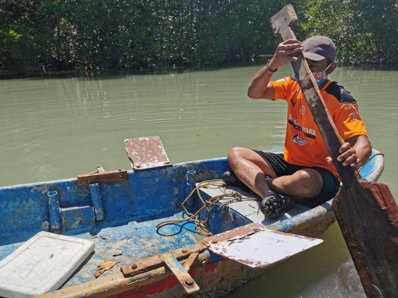 Former Phuket taxi driver Thanathorn Thepkaew sets crab traps in the Tha Jeen Cnala every day in the hope of a good catch. Photo: Eakkapop Thongtub