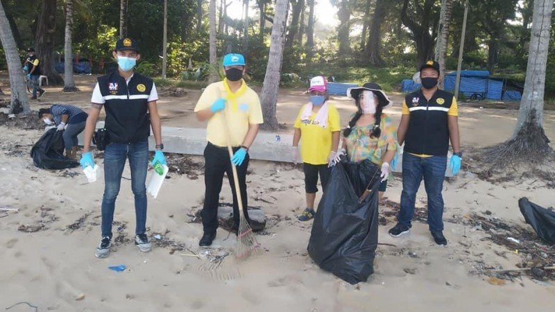 The 30 volunteers set out to clear Surin Beach this morning (May 28). Photo: Cherng Talay OrBorTor