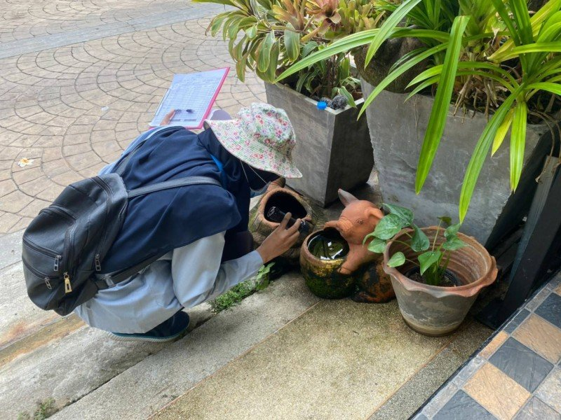 Teams of health officials inspected homes in Phuket Town to ensure mosquito-breeding sites were eliminated. Photo: Phuket City Municipality