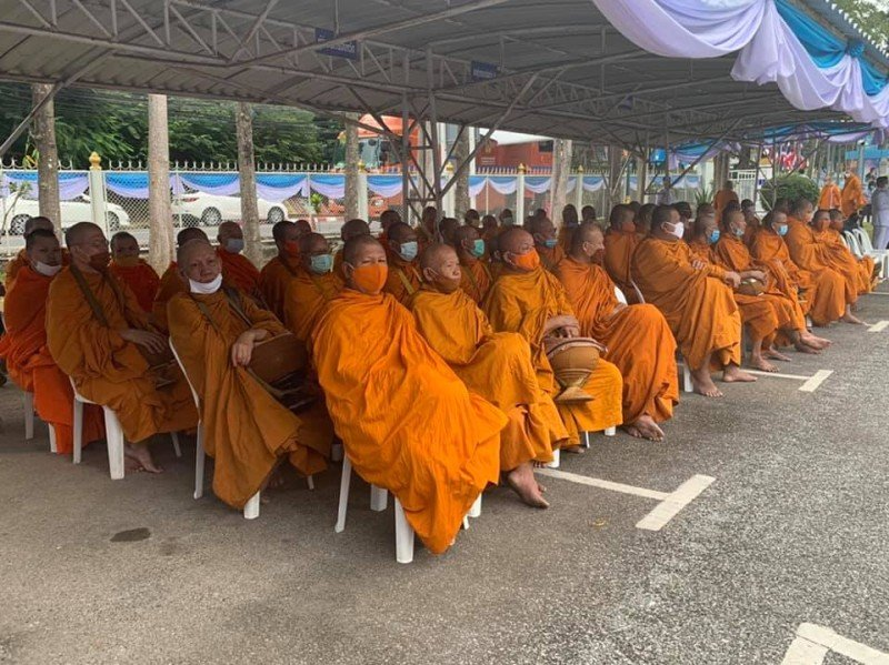Phuket Governor Narong Woonciew this morning joined a mass merit-making ceremony with 89 monks from temples across Phuket to honour Queen Sirikit's 88th birthday. Photo: PR Phuket
