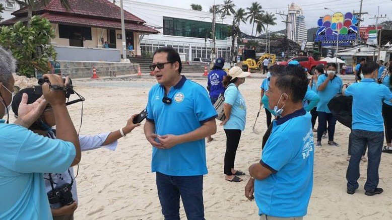 Preechawut 'Prab' Keesin explained the joint move by local hotels and beach chair operators during a mass cleanup of Patong Beach yesterday (Aug 12). Photo: Prab Keesin / Facebook