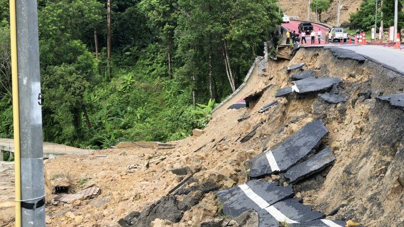 The large section of the road from Patong to Tri Trang Beach collapsed early this morning (Sept 8). Photo: Patong Municipality Fire Department