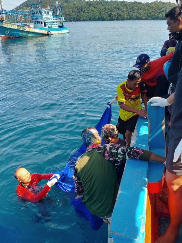 The body of Captain Somchai Soonploy was recovered from the sunken 'Chan Udome Sombat 8' fishing boat yesterday (Sept 21). Photo: Royal Thai Navy