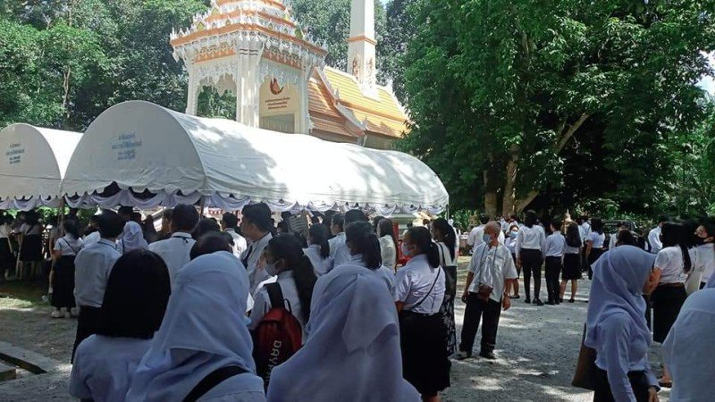 Friends, family and fellow students attended Nong Mint's cremation at Wat Tha Ruea in Srisoonthorn on Tuesday (Sept 22). Photo: Courtesy of Wilawan Iaddam