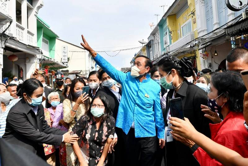 PM Prayut concluded his visit to Phuket with a tour of Phuket Town late this afternoon (Nov 3). Photo: ThaiGov Spokesman