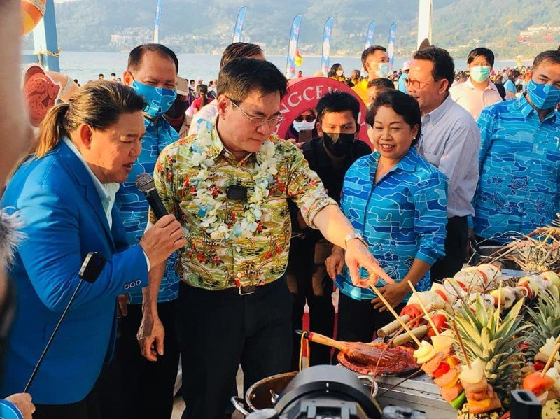 Deputy Prime Minister Jurin Laksanawisit led the official opening of the seafood festival on Patong Beach yesterday (Dec 11). Photo: PR Phuket