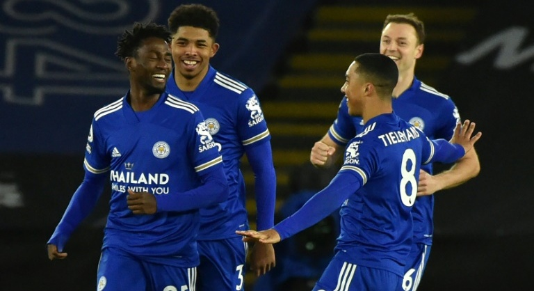 Leicester beat lacklustre Chelsea to go top