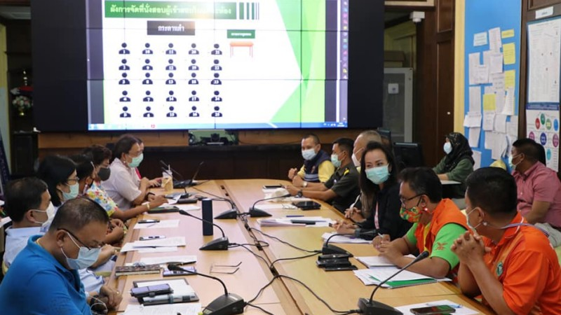 The meeting of the Phuket Communicable Disease Committee at Phuket Provincial Hall earlier today (Apr 12). Photo: PPHO