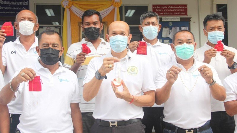 Rawai Mayor Aroon Solos (centre) and his team hold up the gold necklaces to be won. Photo: Rawai Municipality