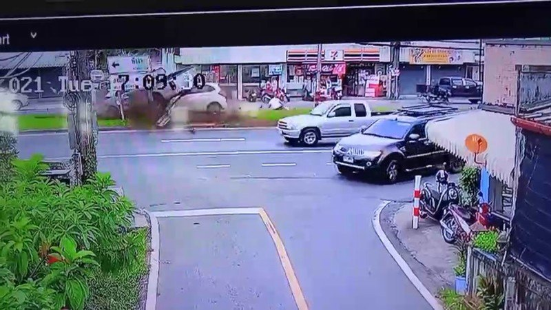 The pickup truck and the Honda Jazz ploughed into the palm tree on the central reservation. Image: CCTV / Eakkapop Thongtub