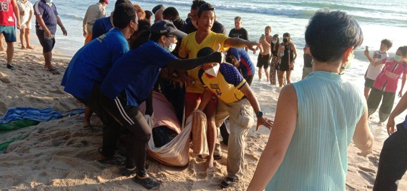 More than 50 people were on hand to help rescue the whale. Photo: Wirun Chuasaman