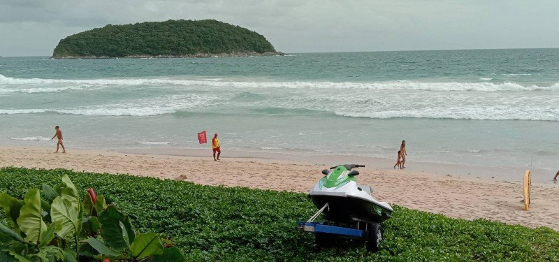 The beachgoers leave teh water after being told that the red flag marks a dangerous area to swim. Photo: Eakkapop Thongtub