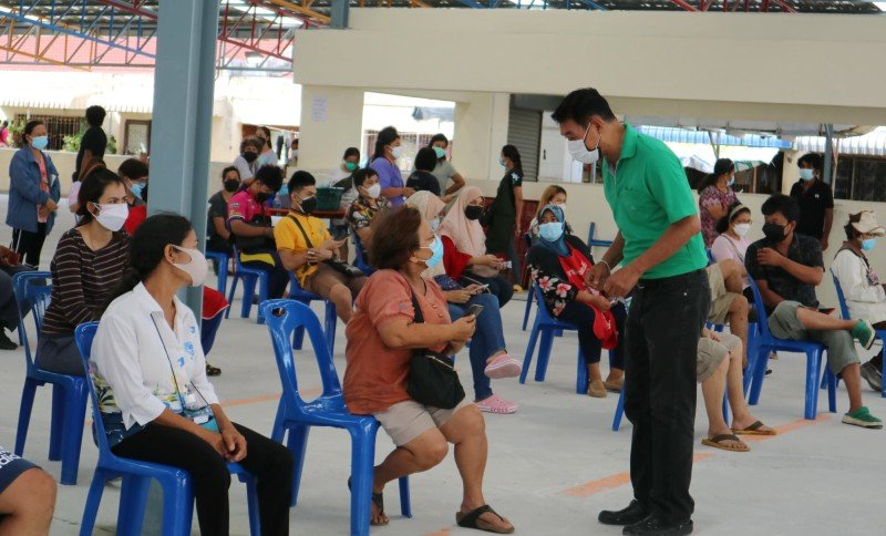 Health officials continue their mass testing of vendors at the fresh market. Photo: Phuket City Municipality
