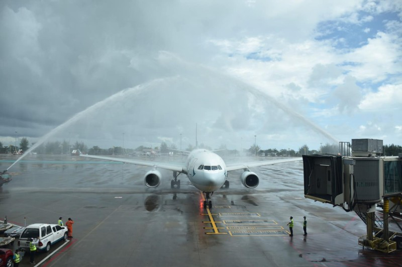The first flight from Hong Kong to arrive in Phuket under the Phuket Sandbox scheme touched down at Phuket International Airport today (Aug 10). Photo: AoT Phuket